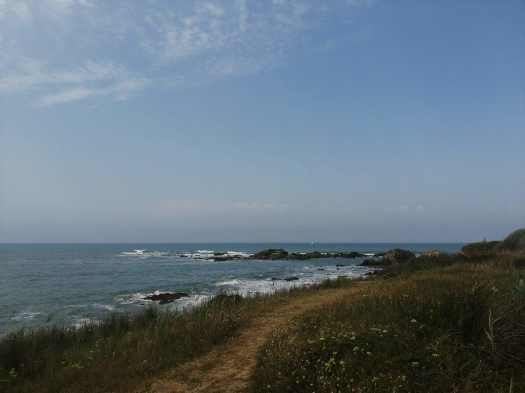 Sentier le long de l'océan