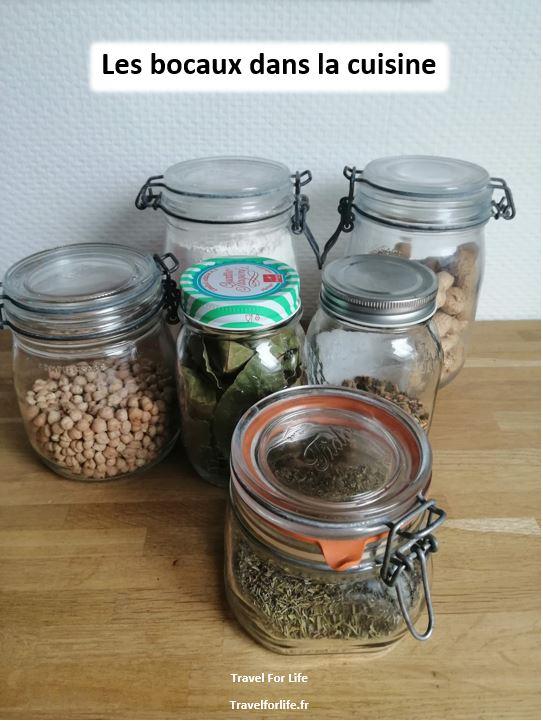 Les bocaux en verre dans la cuisine