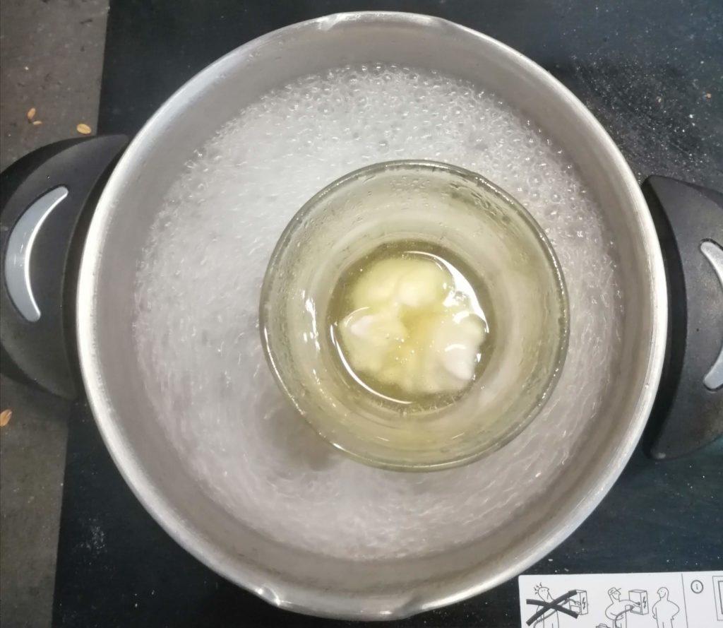 Faire fondre les ingrédients au bain marie